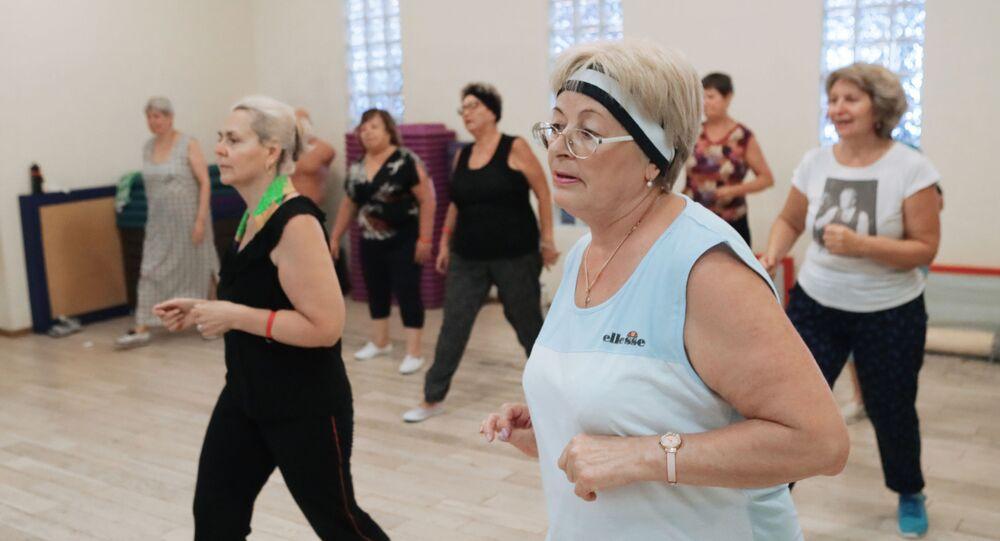 Starsze kobiety uprawiające sport w klubie fitness w centrum Moskwy