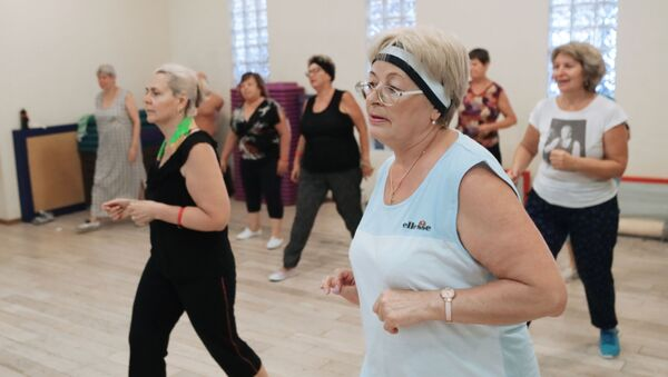 Starsze kobiety uprawiające sport w klubie fitness w centrum Moskwy - Sputnik Polska