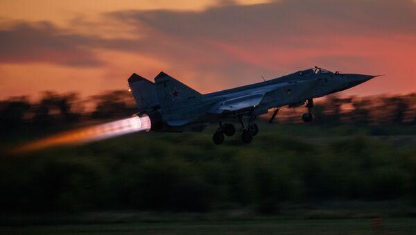 Start myśliwca MiG-31 w czasie lotu ćwiczeniowego w ośrodku lotnicznym im. Czkałowa - Sputnik Polska