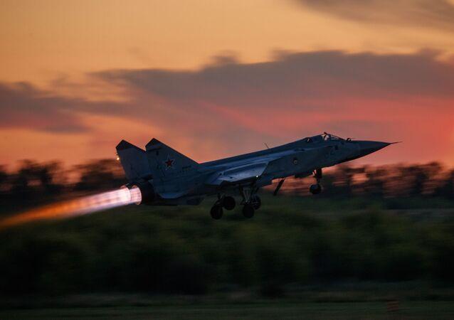 Start myśliwca MiG-31 w czasie lotu ćwiczeniowego w ośrodku lotnicznym im. Czkałowa