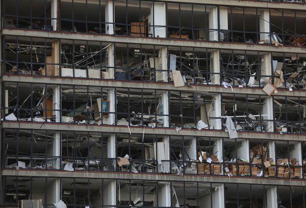 Wybite okna w budynku w pobliżu portu w Bejrucie, w którym miała miejsce potężna eksplozja - Sputnik Polska