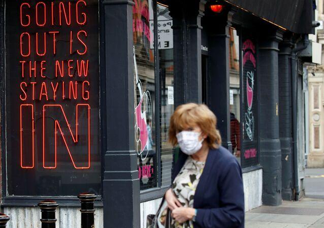 Kobieta w masce ochronnej, Manchester