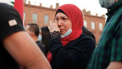 Kobieta płacze na spotkaniu na znak wsparcia dla poszkodowanych w wyniku wybuchu w Bejrucie, Francja