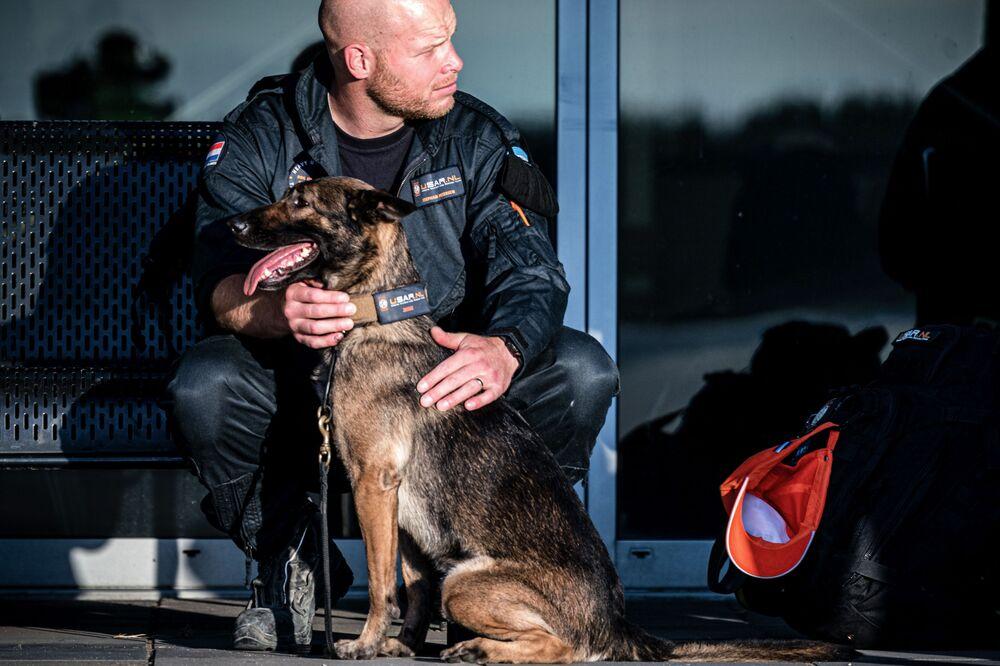 Holenderski ratownik z psem przed wylotem do Bejrutu