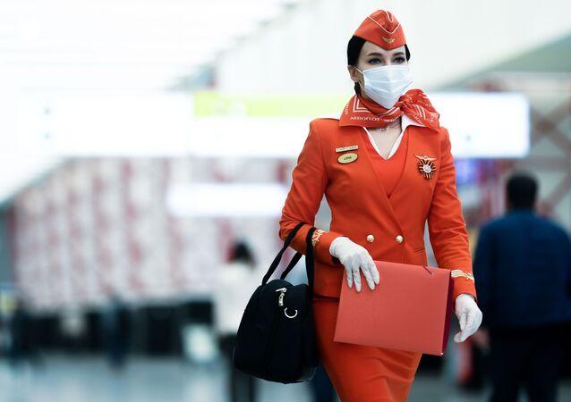 Stewardessa linii lotniczych Aerofłot na lotnisku Szeremietiewo w Moskwie