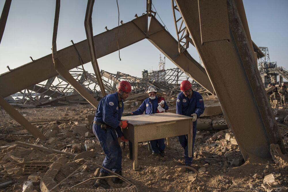 Ratownicy Ministerstwa Sytuacji Nadzwyczajnych Rosji w Bejrucie