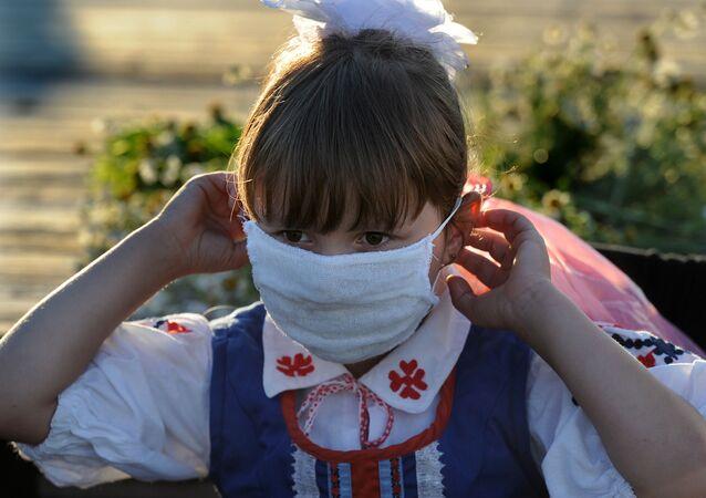 Dziewczynka w masce