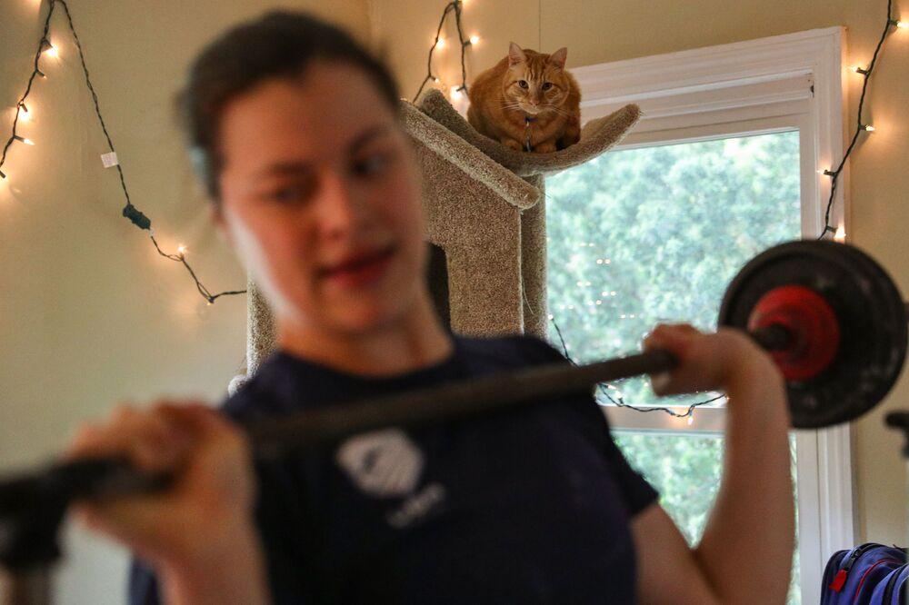 Kot obserwuje trening swojej pani w Princeton w stanie New Jersey