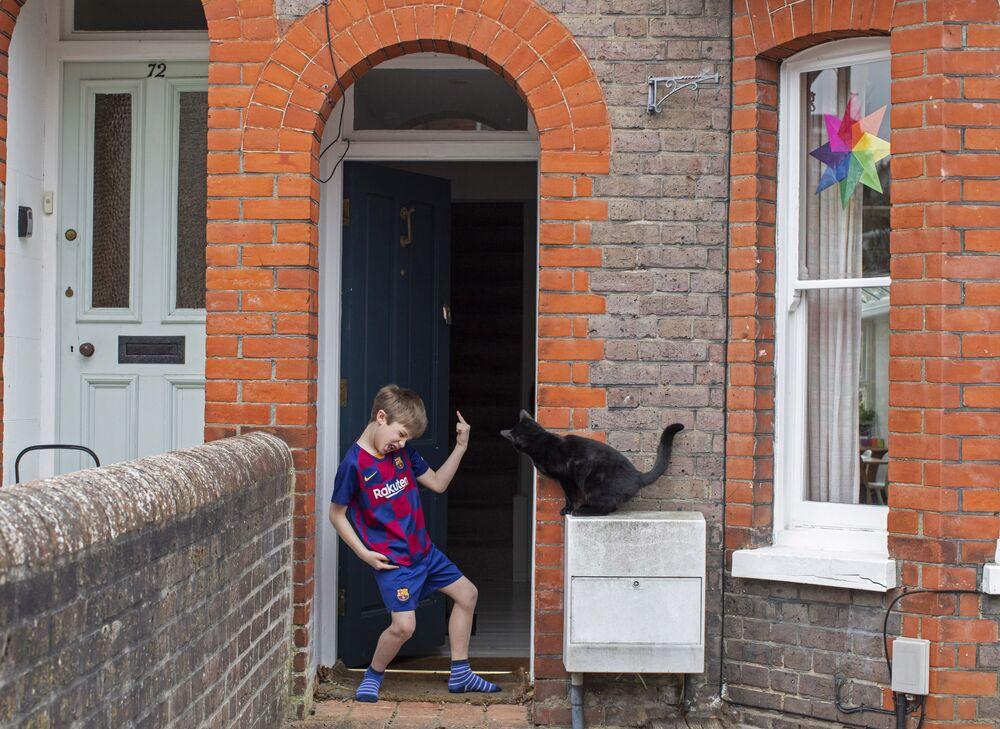 Młody piłkarz z kotem sąsiada, Wielka Brytania