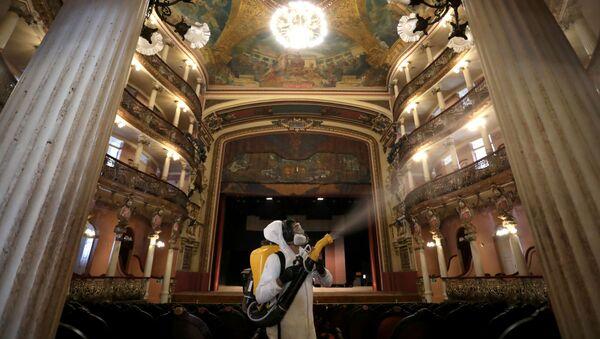 Dezynfekcja teatru w Manaus w Brazylii - Sputnik Polska