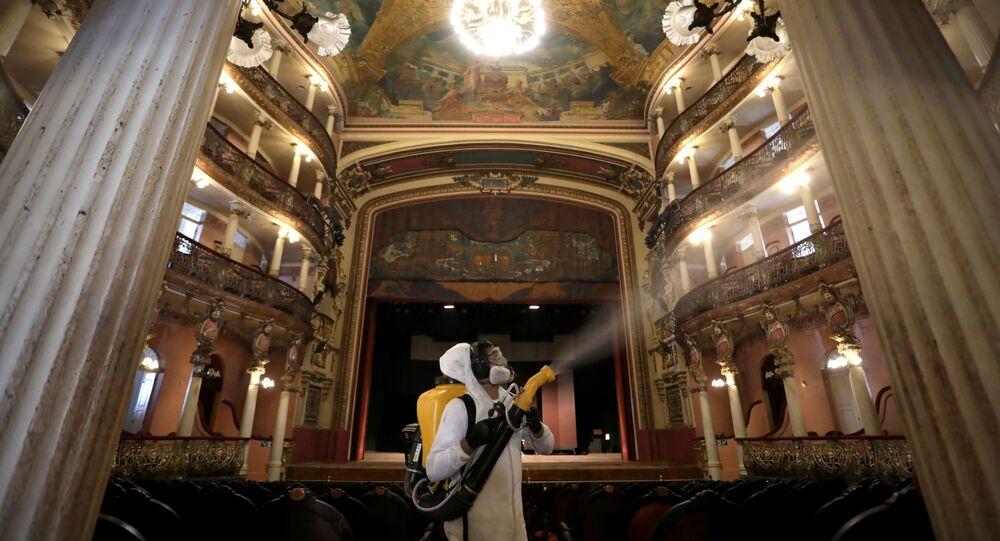 Dezynfekcja teatru w Manaus w Brazylii