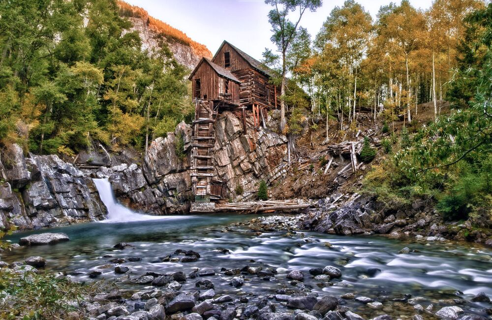 Dom nad wodospadem w Kolorado, USA