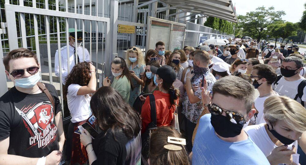 Głosowanie w wyborach prezydenckich przed ambasadą Białorusi w Warszawie.