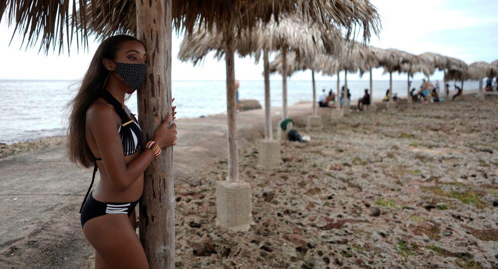 Kobieta w masce na wakacjach