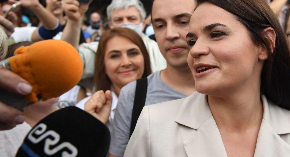 Kandydatka na prezydenta Swietłana Cichanouska oból lokalu wyborczego w Mińsku