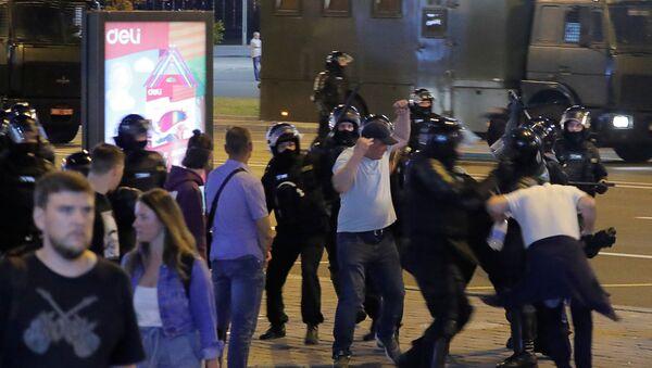 Rozproszenie protestujących w Mińsku - Sputnik Polska