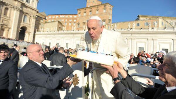 Papież Franciszek w dniu swoich urodzin na placu świętego Piotra w Watykanie - Sputnik Polska