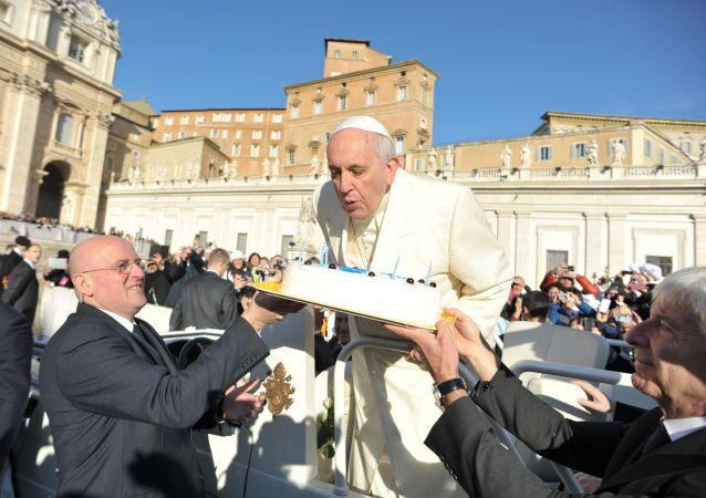 Papież Franciszek w dniu swoich urodzin na placu świętego Piotra w Watykanie.