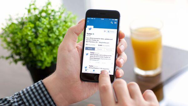 Aplikacja Twitter na ekranie telefonu - Sputnik Polska