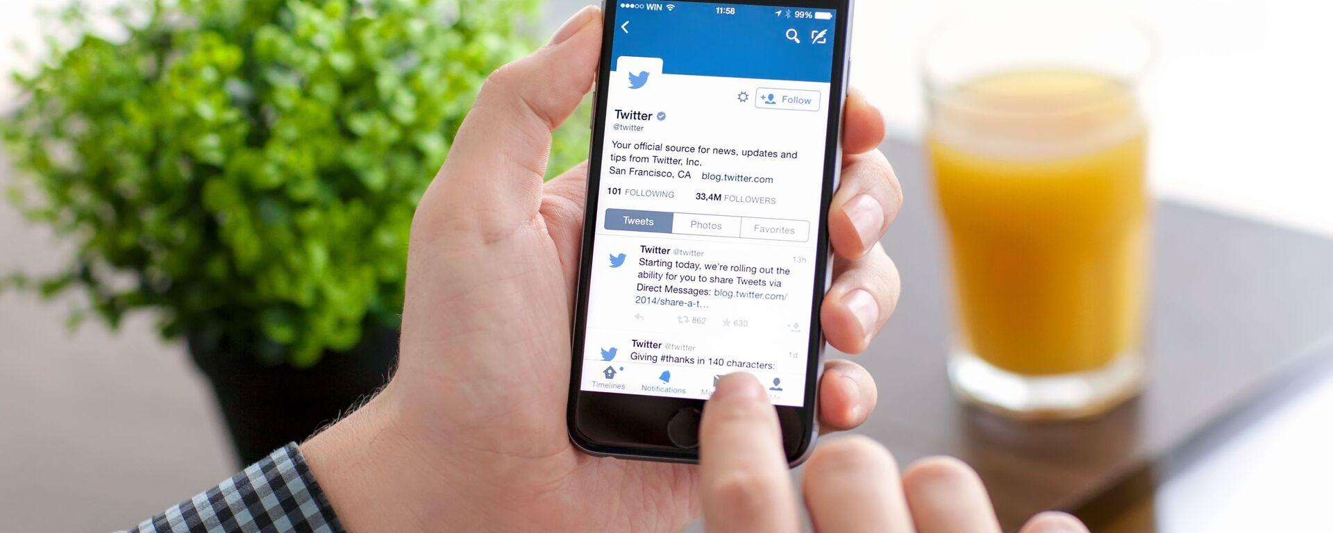 Aplikacja Twitter na ekranie telefonu - Sputnik Polska, 1920, 02.03.2021