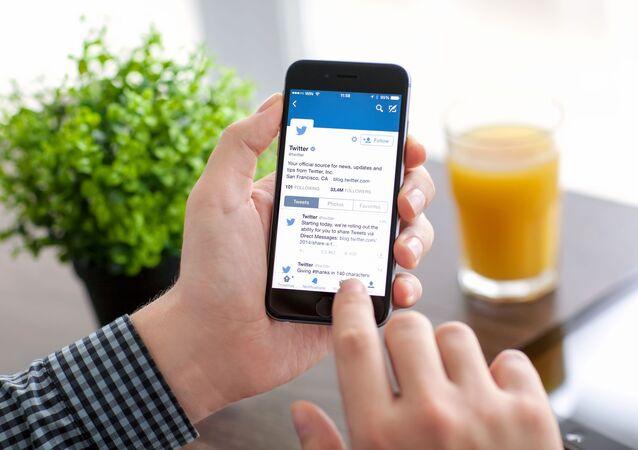 Aplikacja Twitter na ekranie telefonu