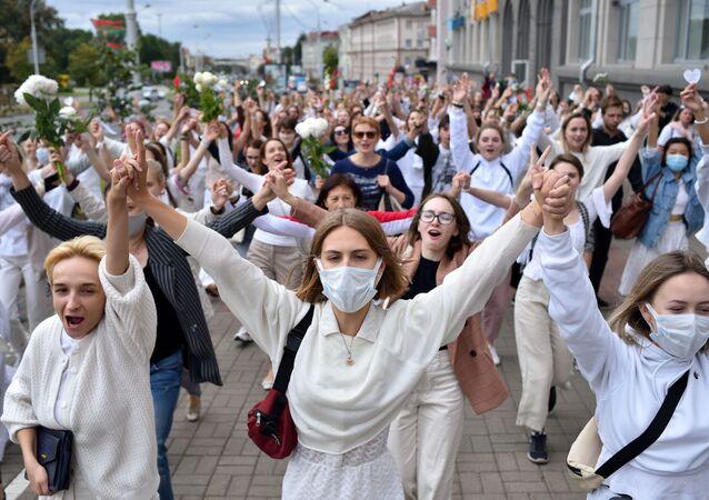 Kobiety z kwiatami wyszły na ulice Mińska z pokojowym protestem.
