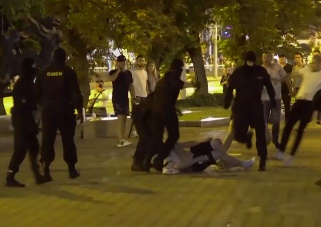 Nieuzasadniona brutalność: strach i ból na ulicach Mińska