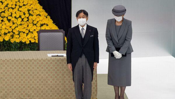 Cesarz Japonii Naruhito z cesarzową Masako podczas ceremonii upamiętniającej ofiary II wojny światowej.  - Sputnik Polska