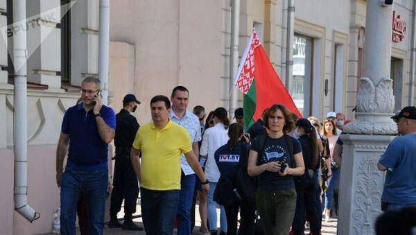Uczestnicy mitingu przychodzą na Plac Niepodległości z flagami państwowymi - Sputnik Polska