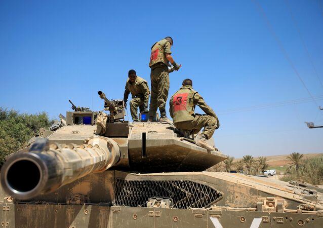 Żołnierze izraelskiej armii na czołgu w pobliżu granicy ze Strefą Gazy