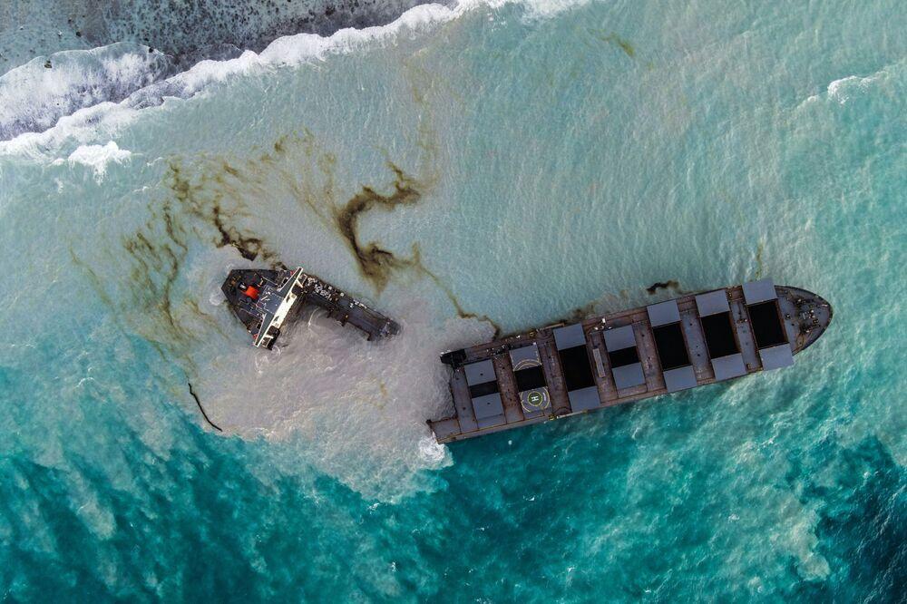Japoński statek MV Wakashio, który w sobotę 15 sierpnia pękł na pół u wybrzeża Mauritiusa
