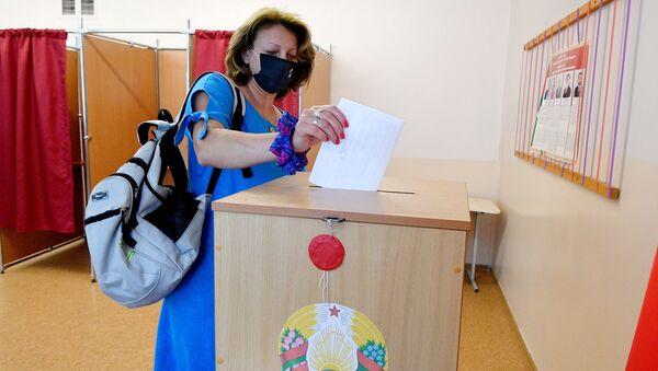 Przedterminowe głosowanie w wyborach prezydenckich w Mińsku na Białorusi - Sputnik Polska