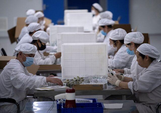 Pakowanie szczepionek w firmie Yisheng Biopharma w Chinach