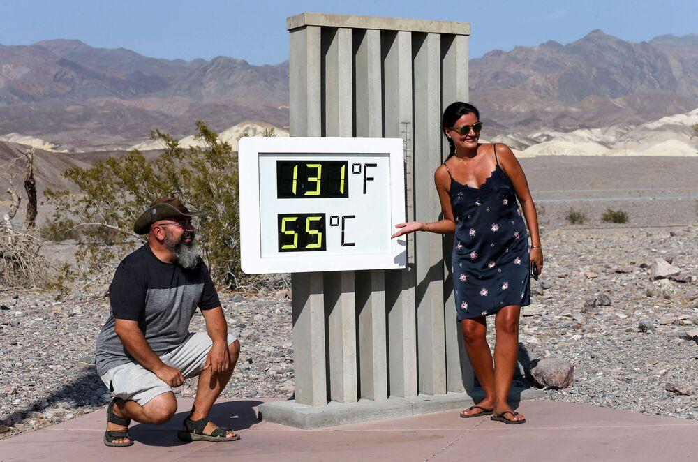 """Termometr w parku narodowym """"Dolina Śmierci"""", Kalifornia."""