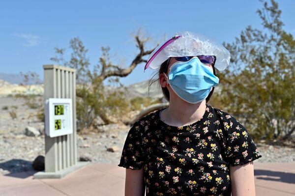 """Dziewczyna z torbą wypełnioną lodem na głowie w czasie wizyty w parku narodowym """"Dolina Śmierci"""", Kalifornia, USA - Sputnik Polska"""