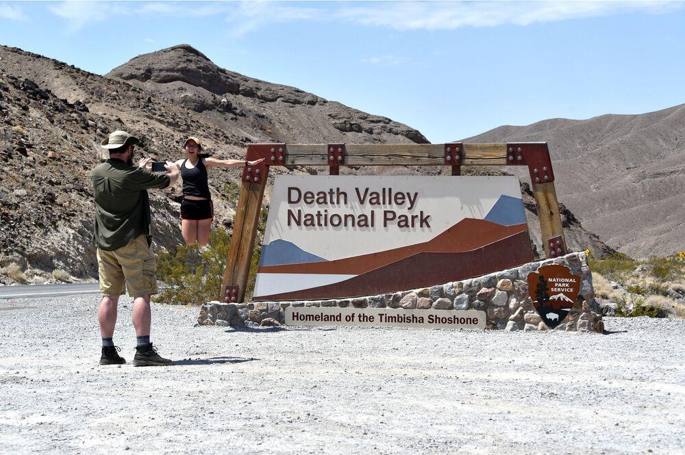 """Turyści robią zdjęcia przed wejściem do parku """"Dolina Śmierci""""."""