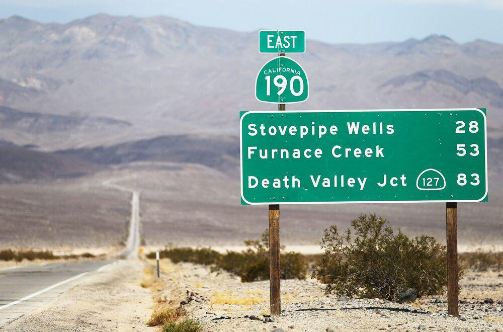 """Znak drogowy do Parku Narodowego """"Dolina Śmierci""""."""