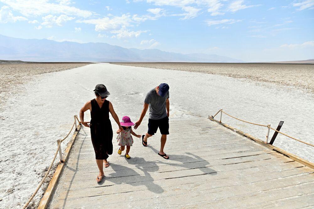 """Zwiedzający w parku narodowym """"Dolina Śmierci"""", USA."""