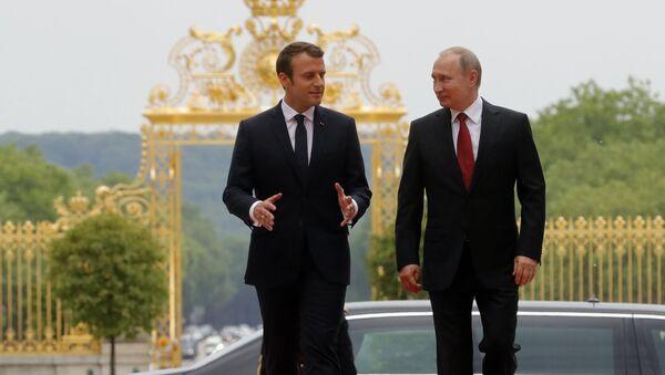 Prezydent Francji Emmanuel Macron i prezydent Rosji Władimir Putin podczas spotkania w Pałacu Wersalskim - Sputnik Polska