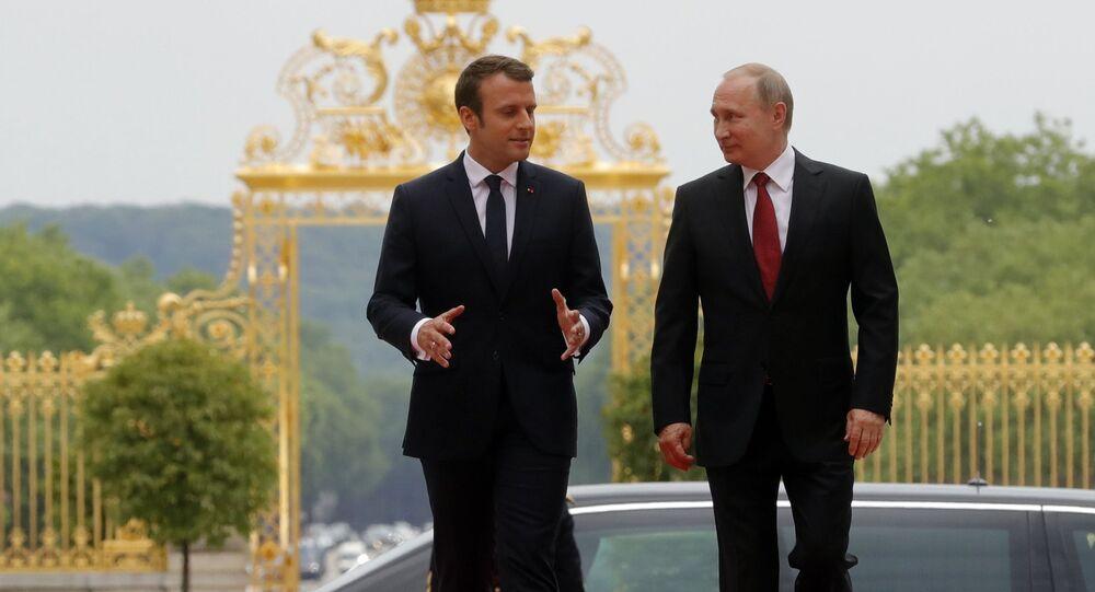 Prezydent Francji Emmanuel Macron i prezydent Rosji Władimir Putin podczas spotkania w Pałacu Wersalskim