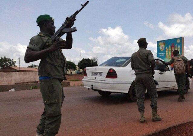 Żołnierze podczas wiecu poparcia dla powstania wojskowego w stolicy Mali, Bamako