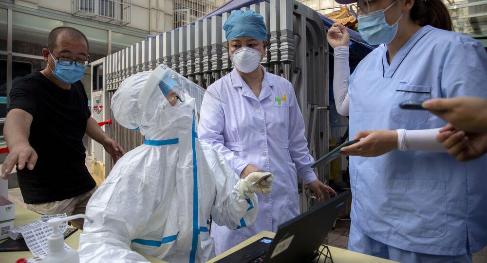 Chińscy pracownicy służby zdrowia wykonujący testy na koronawirusa