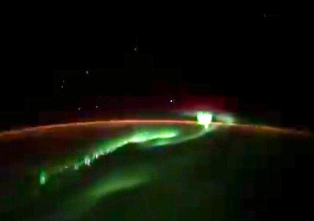 Zorza polarna nad Antarktydą i niezidentyfikowane obiekty