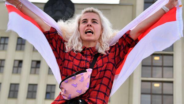Uczestniczka akcji protestu na Placu Niepodległości w Mińsku - Sputnik Polska
