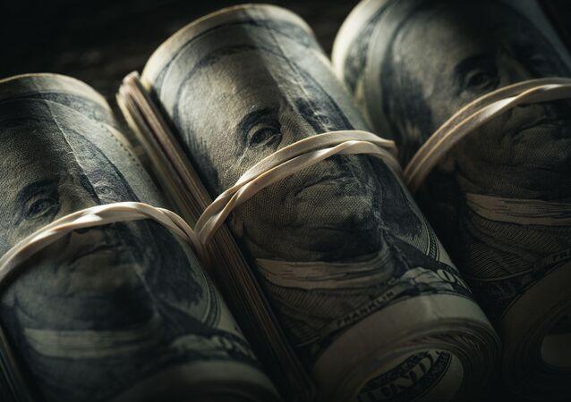 Zwinięty pakiet banknotów dolarowych