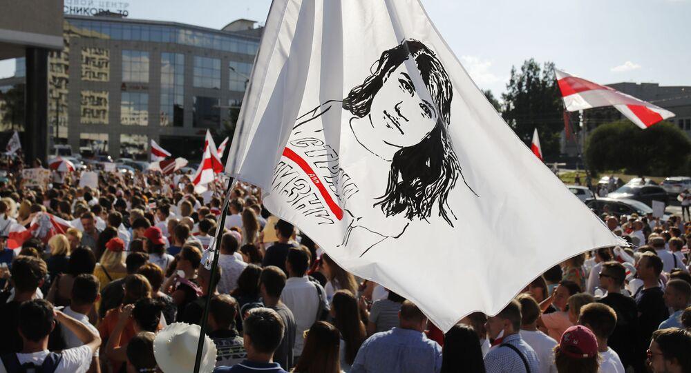W Mińsku ludzie trzymają flagę z portretem Swietłany Cichanouskiej