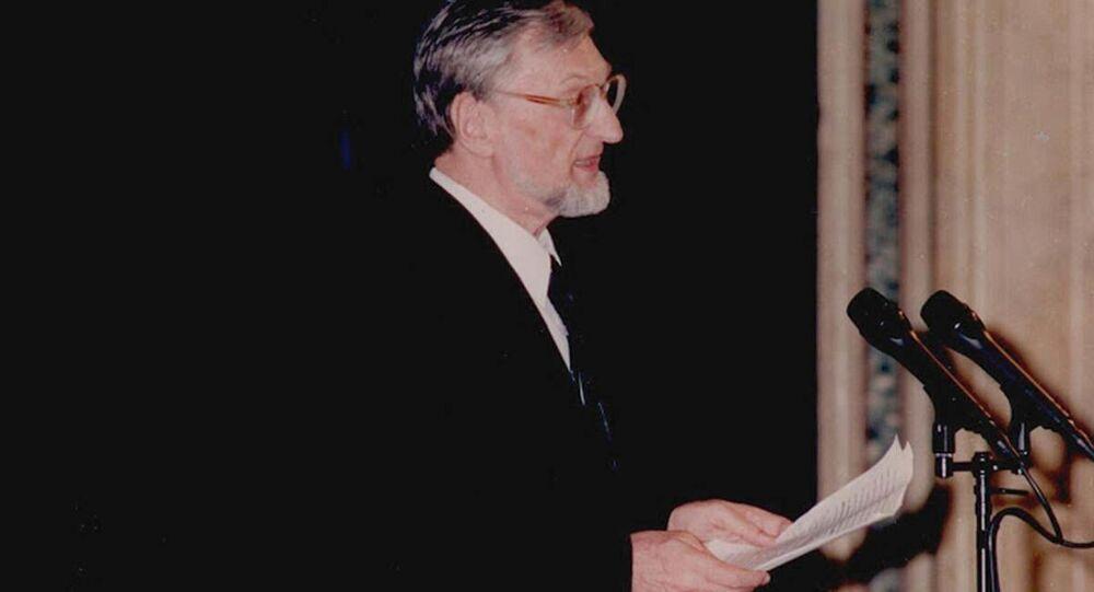 Polski profesor Andrzej Walicki podczas wygłoszenia referatu