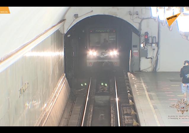 Moskwa: policjant uratował mężczyznę przed śmiercią w metrze.