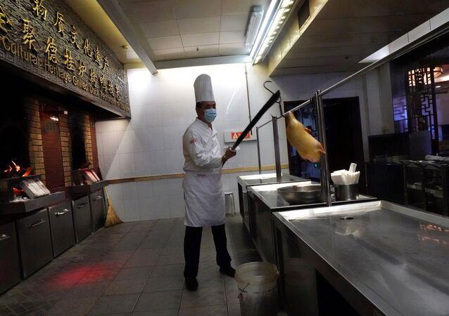 Chiński kucharz w masce