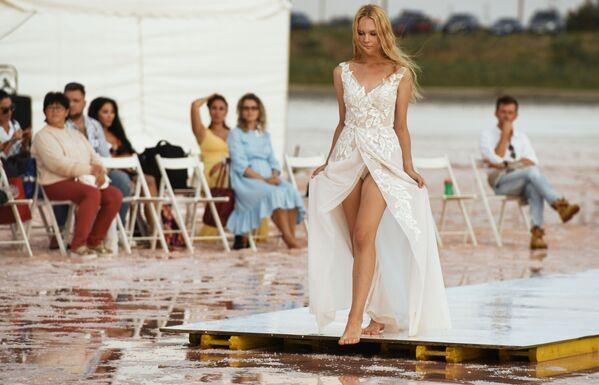 Modelka podczas pokazu nowej kolekcji marki Dress Dreams na jeziorze Sasyk-Sywas pod Eupatorią - Sputnik Polska